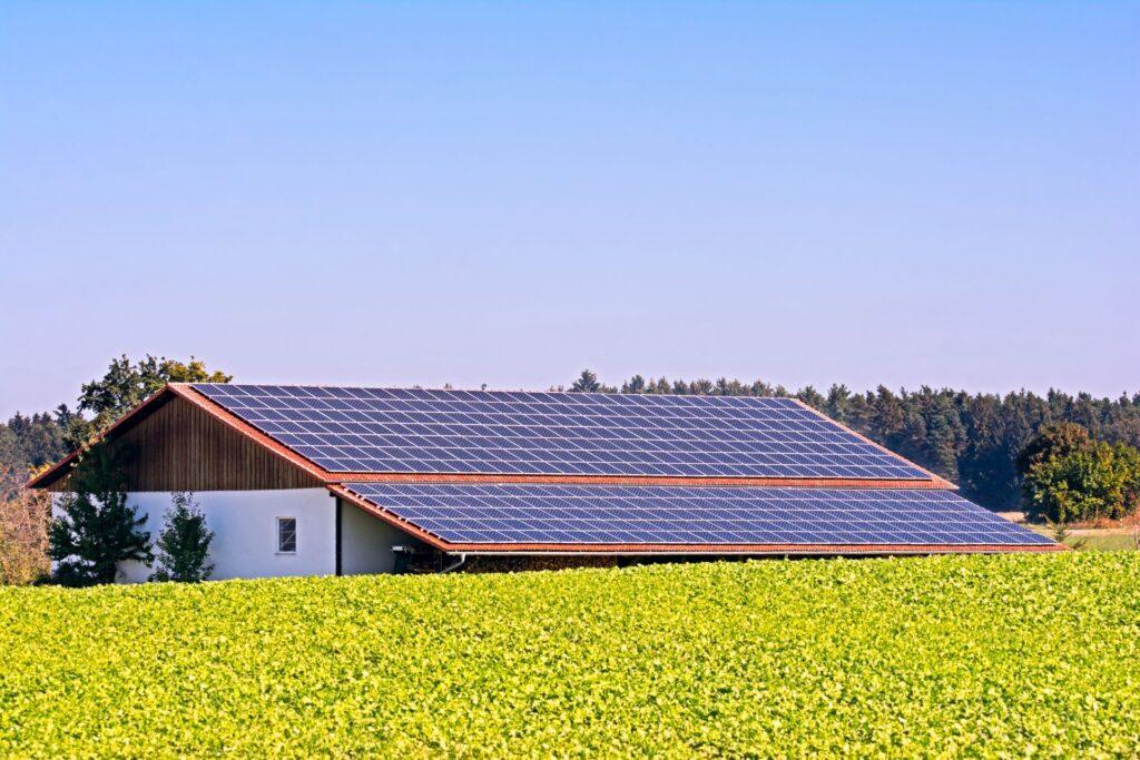 Dach z panelami słonecznymi