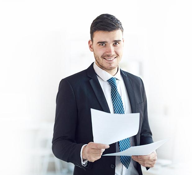 Pomoc w uzyskaniu dotacji na panele fotowoltaiczne - Mężczyzna w garniturze
